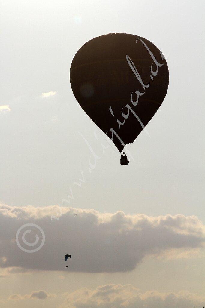 Heissluftballon und Fallschirmspringer